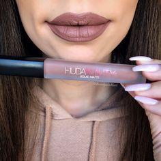 Lip swatch of Huda Beauty liquid matte in Flirt #HudaBeautyFlirt #HudaBeauty #ShopHudaBeauty #HudaBeautyLiquidMatte #LiquidMatte