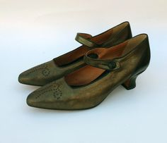 An early1900's button-strap pump with sleek pointed toe and curving heel shape. Leather uppers with leather soles Whole and half sizes,5 ½-11 (Runs long; orde