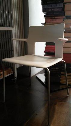 Sedia Kobe - Sedia con braccioli con basamento in tondino di acciaio inox. Scocca in Baydur bianco e struttura laccata utilizzabile anche in esterno.   Impilabile fino a 06 sedie  Finiture: acciaio inox e baydur bianco Dimensioni: 54x50-H.47 cm