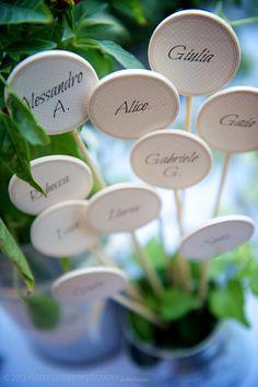 Wedding Details -Tableau mariage con piante aromatiche e lecca lecca di legno con il nome degli invitati