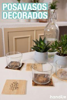 Cómo hacer posavasos de madera personalizados ➜ Crea un juego de posavasos de madera con un diseño molón y dos técnicas diferentes: pirograbado /  quemado + grabado con multiherramienta. #Manualidades #Madera #Dremel #DIY Dremel, Ikea, Table Decorations, Diy, Home Decor, Pyrography Designs, Shellac, Coasters, Easy Crafts