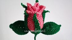 rose all'uncinetto a bocciolo chiuse Crochet Flower Patterns, Crochet Flowers, Knit Crochet, Crochet Hats, Rosettes, Flora, Christmas Ornaments, Knitting, Holiday Decor