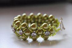 Armband sytt av gröna pärlor.. agnetasarmband.blogspot.se