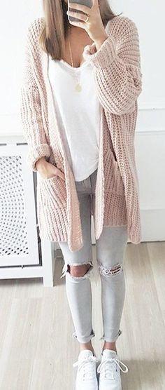 #cute #outfits Rosa Cardigan \/\/ \/\/ superior blanco gris Destroyed Jeans \/\/ blanca zapatillas de deporte