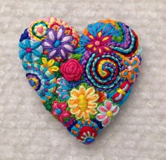 Bordado libre corazón Broche brillante broche floral 172 Embroidery Hearts, Felt Embroidery, Felt Applique, Embroidery Stitches, Embroidery Patterns, Felt Brooch, Fabric Jewelry, Felt Hearts, Felt Ornaments
