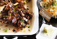 Ingwer-Schweinsspiese mit Karotten-Kraut-Salat