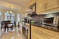FB-MEB: Thermos doors and granit counter. Portes en thermoplastique et surface comptoir en granite. kitchen design / cuisine design alpin