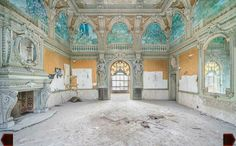 Abandoned grand room Derelict Places, Abandoned Places, Abandoned Castles, Abandoned Mansions, Old Buildings, Abandoned Buildings, Beauty Water, Mysterious Places, Haunted Places