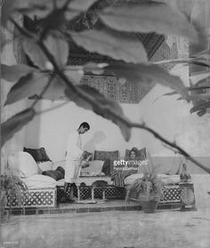 Socialite Talitha Getty (aka Mrs. Paul Getty, Jr.) reclines on a banquet, in her Marrakech, Morocco home. January 15, 1970 VOGUE Boho Chic Interior, Bohemian Bedroom Design, Bohemian Bedding, Style Hippie Chic, Bohemian Chic Fashion, Vintage Fashion, Lee Radziwill, Marianne Faithfull, Swinging London