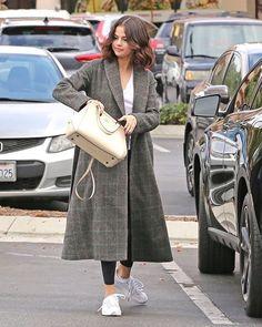 Selena Gomez in Westlake Village [October en Westlake Village [Octubre Selena Gomez Fashion, Selena Gomez Outfits, Selena Gomez Style, Stylish Winter Outfits, Casual Outfits, Fashion Outfits, Womens Fashion, Casual Winter, Celebrity Style Casual