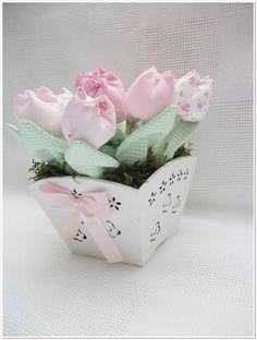 Vaso provençal branco com recortes a laser com laço de fita em organza com 12 tulipas com pérolas, folhas e musgo. Fazemos em outras cores, consulte. R$ 35,35