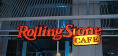 Tempatkanlah musik, Burger dan panggung bersama maka akan menjadi Rolling Stone Cafe. Restoran trendi ini memiliki dekorasi interior megah yang mengesankan, diiringi dengan live music setiap harinya yang menampilkan nama-nama besar di musik industri. Rolling Stone Cafe adalah tempat dimana Anda bisa menikmati makan siang di tempat terbuka, serta musik rock and roll dengan makan malam dan pesta pada malam hari. Tidak diragukan lagi, Anda dapat mengadakan acara khusus di sini juga!