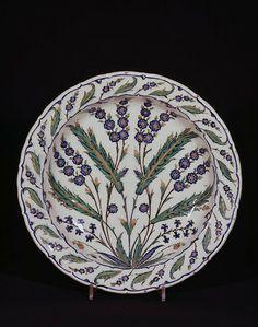 Dish, frita, pintado en colores con hojas saz y aerosoles florales, Iznik, ca.  1560