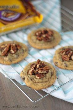 Easy Chocolate Chip Turtle Cookies, via crumbsandchaos #turtlecookies