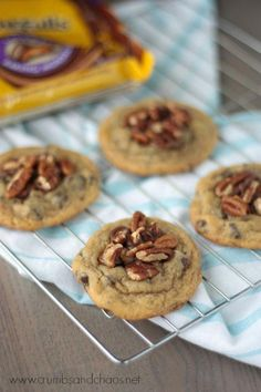 Easy Chocolate Chip Turtle Cookies, via crumbsandchaos Cookie Desserts, Cookie Recipes, Dessert Recipes, Cookie Ideas, Yummy Recipes, Yummy Food, Turtle Cookies, Cookies Ingredients, 4 Ingredients