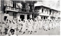Young ladies parading along Calle Real in Pagsanjan during a Marian procession. Notice the ancestral houses that adorned the street, most of them are still existing today. Historical Pictures, Vintage Photographs, World War Ii, Old Houses, Philippines, History, Street, City, Image