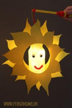Met de fles in het midden en de zonnestralen er omheen, is dit een leuke lampion! En niet al teveel prikwerk voor kleuters!