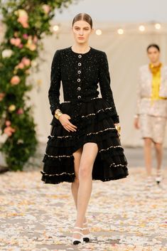 Chanel Spring 2021 Couture – Classy and fabulous way of living Haute Couture Looks, Style Couture, Haute Couture Fashion, Chanel Couture, Boutique Haute Couture, Live Fashion, Fashion Week, Fashion Show, Fashion Spring
