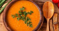 Tarifinde yer alan havuç, kuru soğan ve sarımsakla besleyici değeri artan kırmızı mercimek çorbası, sıcak sıcak servis ediliyor.