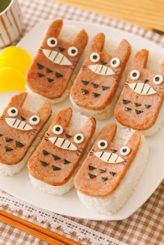 Totoro bento < Did they make it out of Spam and rice, and cheese? Totoro, Kawaii Bento, Cute Bento, Sushi, Cute Food, Yummy Food, Spam Musubi, Little Lunch, Bento Recipes