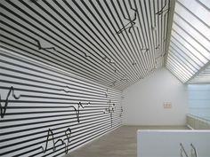 Wandarbeit Nr. 16, 2007, black masking tape on wall, 14,8 x 6,53 m ca., Heidelberger Kunstverein, Photo: Esther Stocker
