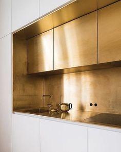 brass kitchen backsplash Interior Work, Gold Interior, Interior Design Kitchen, Modern Interior Design, Luxury Kitchen Design, Interior Livingroom, Classic Interior, Modern Decor, Home Decor Kitchen