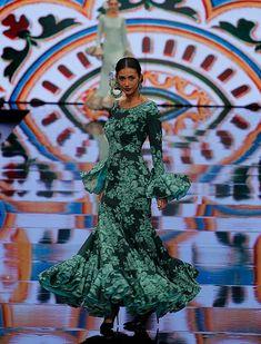 SIMOF 2018: el desfile de Molina, en fotos / Raúl Doblado Flamenco Costume, Flamenco Dancers, Flamenco Dresses, Spanish Dancer, Spanish Fashion, Green Fashion, Argentine Tango, Ready To Wear, Fashion Dresses