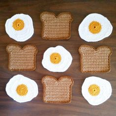 Wisconsin-based artist and educator Carly Dellger of SurfaceWerks makes food you're meant to step on—really, they're food-shaped rugs.Additional Toast and Egg Coaster por surfacewerks en EtsyFor those with more than four beverage glasses in their h Crochet Food, Crochet Crafts, Crochet Projects, Knit Crochet, Crochet Case, Doilies Crochet, Thread Crochet, Crotchet, Diy Crafts