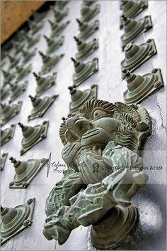 Detalle de la puerta de la fachada occidental de la Catedral en Santiago de Compostela. Esta imponente puerta barroca tapó en el siglo XVIII el famoso Pórtico de la Gloria que hasta entonces, y durante más de quinientos años, había permanecido a la intemperie.