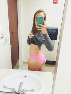 We're way overdue for some fresh big booty pics! Here's a brand new batch of hot girls showing off their big butts! Girls Bored At Work, Mundo Fashion, Girls Showing Off, Baby Got Back, Taking Selfies, Princess Style, College Girls, New Image, Princesses