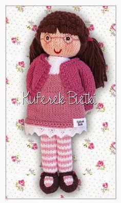 Kornelia, mięciutka bawełniana lalka w różowych okularkach wykonana ręcznie na drutach. Wysokość: około 28 cm Materiał: bawełna Wypełnie...