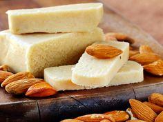 Süße Mandelmasse für Kuchen, Torten und Desserts: Aus nur 3 Zutaten können Sie ganz einfach aromatisches Marzipan selber machen. So geht's!