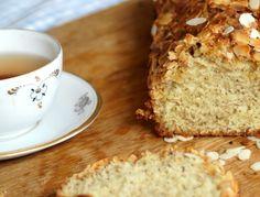 Leckeres Rezept für Mandelkuchen mit Kandis auf www.ganznormalemama.com - Ich bin ja zum Viertel Ostfriesin. Und deshalb gibt es eine Sache, die mich wohlig warm an meine Kindheit denken lässt: Ostfriesentee mit Kandis, oder vielmehr Kluntjes, wie man stilecht s…