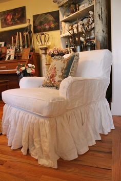 Custom Slipcovers by Shelley: White Linen Chair and Settee Oh how I would love someone in my neck of the woods who could do this! Shabby Chic Slipcovers, Custom Slipcovers, Slipcovers For Chairs, Sunroom Furniture, Furniture Upholstery, Types Of Furniture, Furniture Covers, Cozy Chair, Patio Cushions