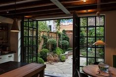 Landscape architect Susan Wisniewski's courtyard garden for a Manhattan townhouse has layers of texture–stone, wood, and greenery–to create an illusion of greater space. Small Backyard Design, Small Backyard Landscaping, Small Patio, Patio Design, Garden Design, Small Yards, Landscaping Ideas, Small Fence, Narrow Backyard Ideas