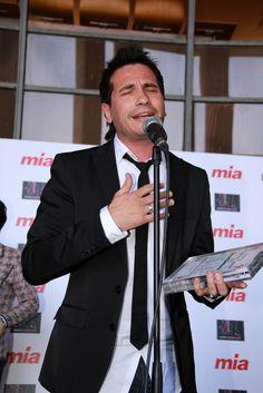 David DeMaria puso los pelos de punta a los asistentes a la entrega del premio ARTISTAS CON CORAZÓN de Madrid Woman's Week 2011. Madrid, Coat, Jackets, Character, Fashion, Singers, Artists, Women, Down Jackets