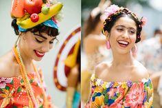 Mal acaba oReveillon, Carnaval já vira assunto principal do Brasil. Já falei que não sou carnavalesca mas adoro ver as fantasias que a Farm lança todo ano. Sãolooks-fantasia bem levinhos, perfeitos pra quem curte sair de bloquinho. Algumas fantasias são roupas floridas ~comuns~ mas lindas,com adereços, como a Carmen, a havaiana e a Frida. Mas minhas favoritas são a de girafa (que fooofaaa!) e a de mágica, cuja cartola com...