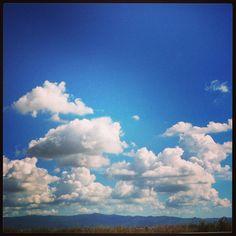 Nuvolette nel cielo azzurro