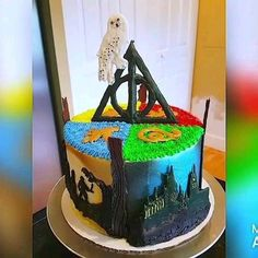 Harry Potter cake decorated from top to bottom and all the way around with all things Harry Potter food ideas for dinner videos 360 Harry Potter Cake Harry Potter Cupcakes, Harry Potter Desserts, Gateau Harry Potter, Harry Potter Fiesta, Décoration Harry Potter, Harry Potter Birthday Cake, Harry Potter Videos, Harry Harry, Harry Potter Halloween
