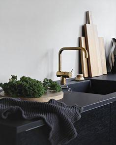 3,998 vind-ik-leuks, 34 reacties - Nina Holst (@stylizimoblog) op Instagram: 'in the kitchen... // #blackkitchen #stylizimohouse #skandinaviskehjem #scandinaviandesign'
