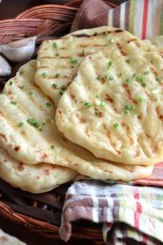 Homemade soft garlic flatbread – easy and quick flatbread recipe This homemade pan-cooked garlic flatbread is soft, easy and very flavourful. Perfect with curry, stews and dishes with lots of gravy or creamy sauces.