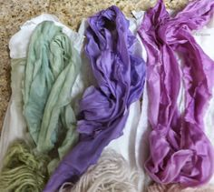 A influencia do PH no tingimento! Dye Plant -- Colors of Red Cabbage -dyed with red cabbage: alkaline, neutral and acid conditions Shibori, Fabric Yarn, How To Dye Fabric, Wool Yarn, Natural Dye Fabric, Natural Dyeing, Tinta Natural, Fibre And Fabric, Red Cabbage