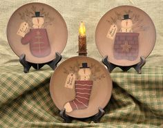 Decorative Plates - Plate Stands - Country Primitive Decor A great selection of decorative country primitive plates, wall hangers, and stands. Primitive Painting, Tole Painting, Painting On Wood, Painted Plates, Wooden Plates, Decorative Plates, All Things Christmas, Christmas Crafts, Christmas Holiday