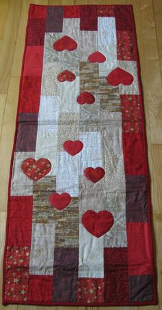 quilted hearts table runner ~ *no pattern, pinning for the look | from Lones Quilt Paradis via Google Translate