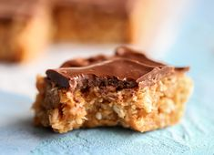 Snickersrutor | Fridas Bakblogg | Alltommat Krispie Treats, Rice Krispies, Peanut Butter, Biscuits, Sweets, Desserts, Recipes, Food, Mat