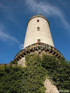 Der Burgturm der Sparrenburg im Licht der morgendlichen Sonne in Bielefeld in Ostwestfalen-Lippe