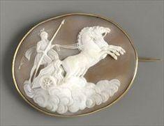 Parures et bijoux des musées nationaux de Malmaison et du palais de Compiègne, notice - Broche-médaillon représentant un guerrier sur son char tenant une lance - D'après Bertel Thorvaldsen