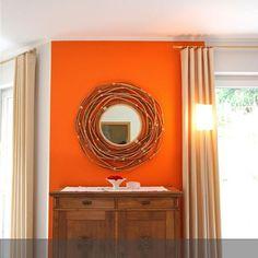 Das Vertiko bekommt durch den Holzspiegel und der apricot-farbenen Wand eine…