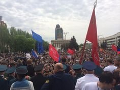 """Insurgent-appointed governor of """"Donetsk Republic"""" speaks to crowd at #Donetsk's Lenin Square. #ukraine pic.twitter.com/nZeZX0y4y0"""
