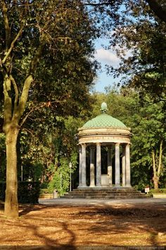Kiosk in Villa Borghese park. Rome, Italy Plus Beautiful Places In The World, Wonderful Places, Ancient Architecture, Landscape Architecture, Rome Museums, Rome Tips, Monuments, Week End Romantique, Voyage Rome